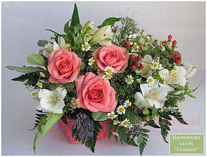 Декор свадьбы композицией цветов в корзинах недорого цены