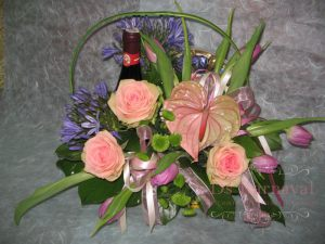 Украшение свадеб композицией цветов в корзинах оригинально