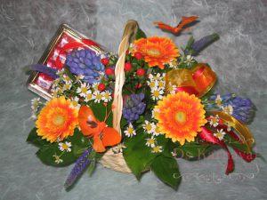 Украшение свадеб композицией цветов в корзинах фото