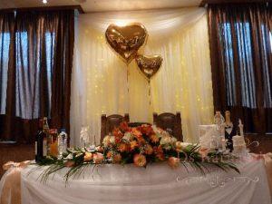 Оформление на свадьбу композицией из цветов на президиум недорого