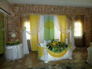 Оформление свадьбы композицией из цветов на президиум цены