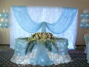 Декор свадьбы композицией из цветов на президиум цены