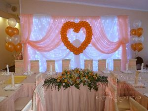 Декор свадьбы композицией из цветов на президиум красиво