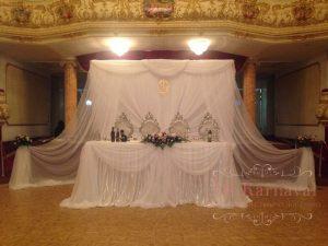 Украшение на свадьбу композицией из цветов на президиум оригинально