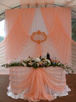 Декор свадьбы композицией из цветов на президиум оригинально