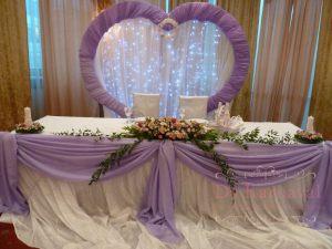 Декор свадьбы композицией из цветов на президиум дешево