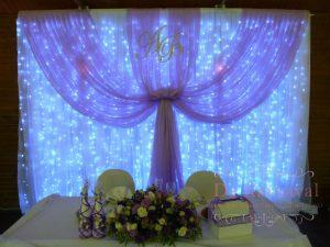 Украшение на свадьбу композицией из цветов на президиум дешево