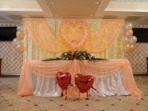 Декор свадеб композицией из цветов на президиум цены