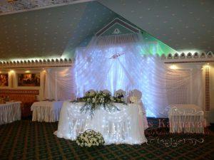 Декор свадьбы композицией из цветов на президиум в Москве