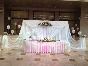 Декор на свадьбу композицией из цветов на президиум в Москве