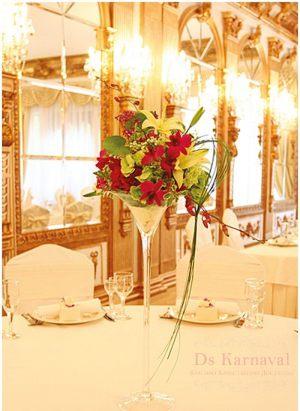 Декор свадьбы маленькой композицией цветов в Москве