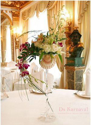 Украшение свадеб маленькой композицией цветов недорого в Москве