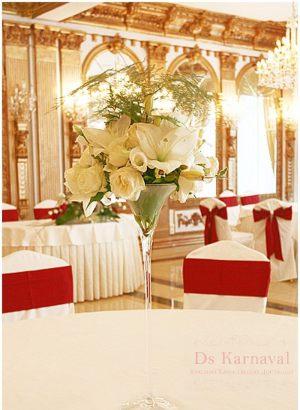 Декор свадьбы маленькой композицией цветов недорого