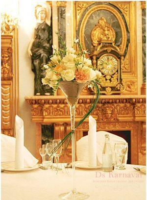 Украшение свадеб маленькой композицией цветов недорого