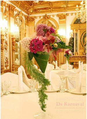 Декор свадеб маленькой композицией цветов фото