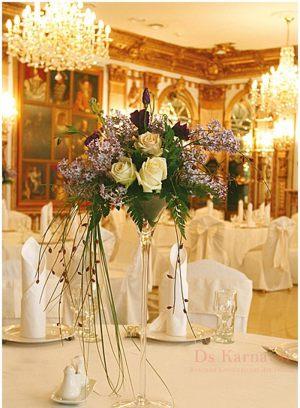 Декор свадеб маленькой композицией цветов оригинально