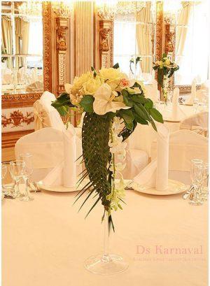 Украшение на свадьбу маленькой композицией цветов красиво