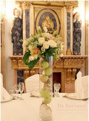 Оформление свадеб маленькой композицией цветов в Москве