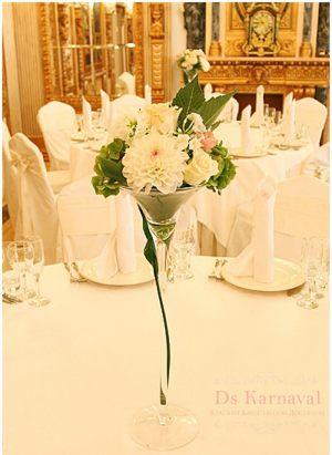 Украшение на свадьбу маленькой композицией цветов оригинально