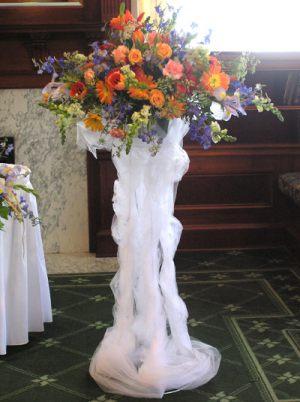 Украшение свадьбы напольной композицией цветов красиво