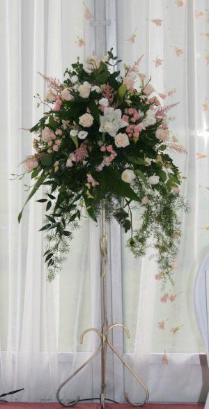 Оформление свадьбы напольной композицией цветов в Москве