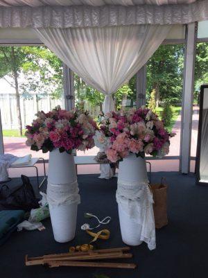 Украшение на свадьбу напольной композицией цветов оригинально