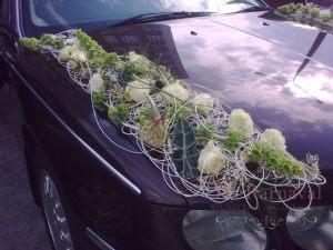 Декор машины цветами к свадьбам дешево