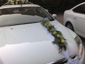 Декор машины цветами к свадьбе в Москве