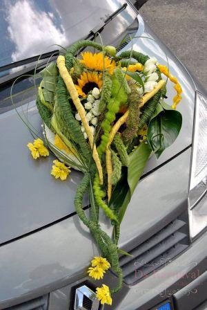 Украшение машины цветами к свадьбе фото