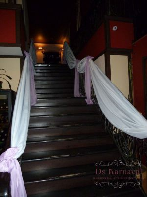 Декор лестницы для свадьбы дешево