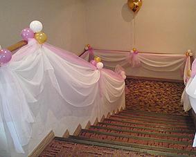 Украшение лестницы на свадьбу оригинально