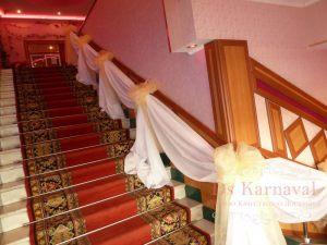 Оформление лестницы на свадьбу оригинально