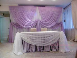 Оформление стола молодых тканью для свадьбы оригинально