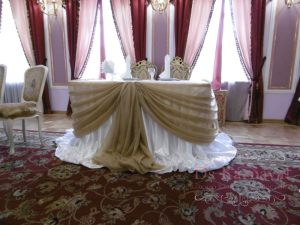 Украшение стола молодых тканью для свадьбы в Москве