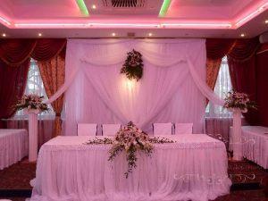 Декор стола молодых тканью на свадьбу в Москве