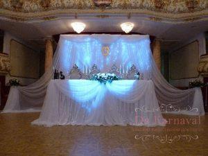 Украшение стола молодых тканью для свадеб фото