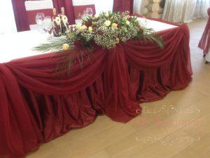 Украшение стола молодых тканью для свадьбы недорого в Москве