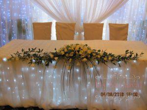 Украшение стола молодых тканью на свадьбу недорого